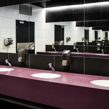 Toaleta dla pracowników jest konieczna. Jak ją urządzić tanio, ale ergonomicznie
