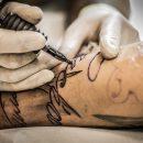 Fakty i mity na temat tatuaży, czyli co stosować, a czego unikać. Krótki poradnik tylko z rzetelnym informacjami
