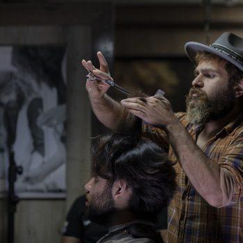 Fryzjerskie podziemie, zaufanie we własne umiejętności, a może pomoc partnera, czyli jak zadbać o włosy. Rozważania pół żartem i całkiem serio